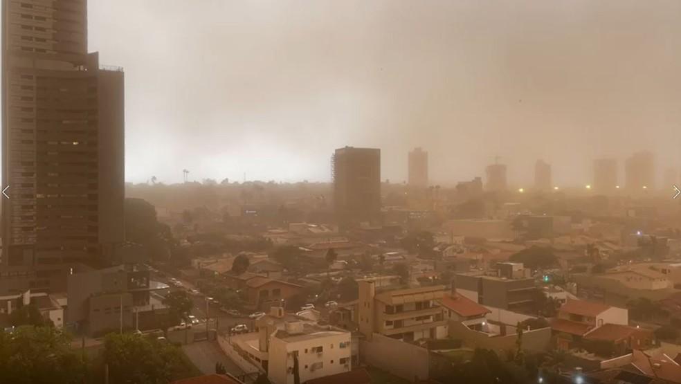 Dia 'vira noite' com temporal de poeira que encobriu várias cidades em MS; veja vídeos e fotos